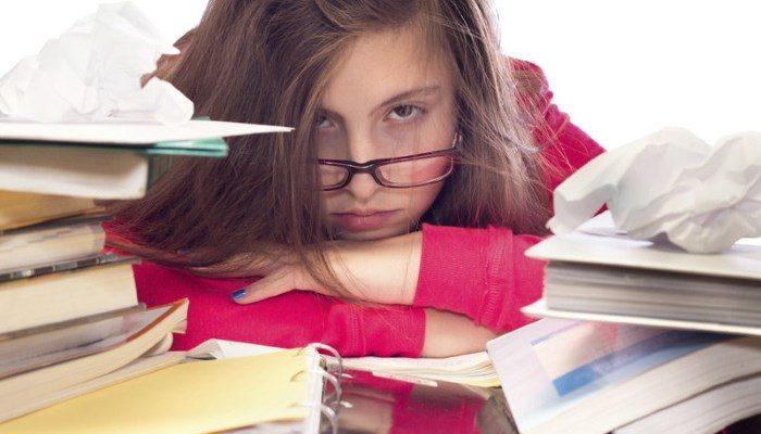 Jeune femme stressée par les examens
