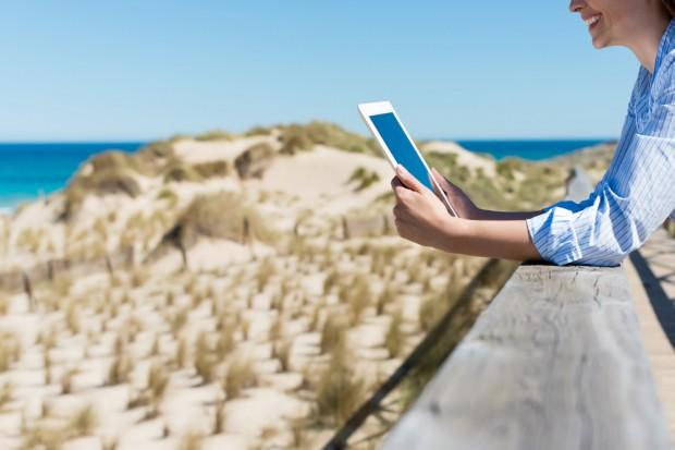 Glisser une tablette dans vos bagages pour lire tranquillement au soleil