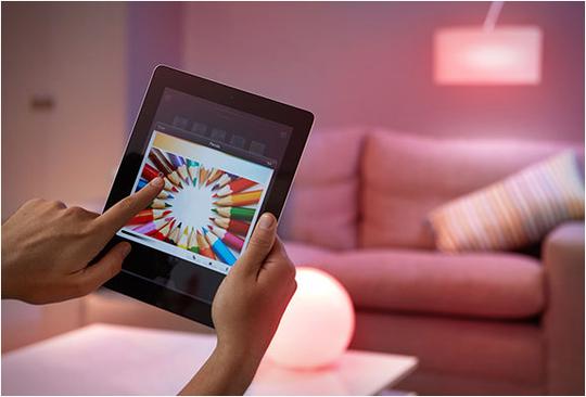 Choisir la couleur d'une ampoule parmi une palette de 16 millions de couleurs depuis votre smartphone.