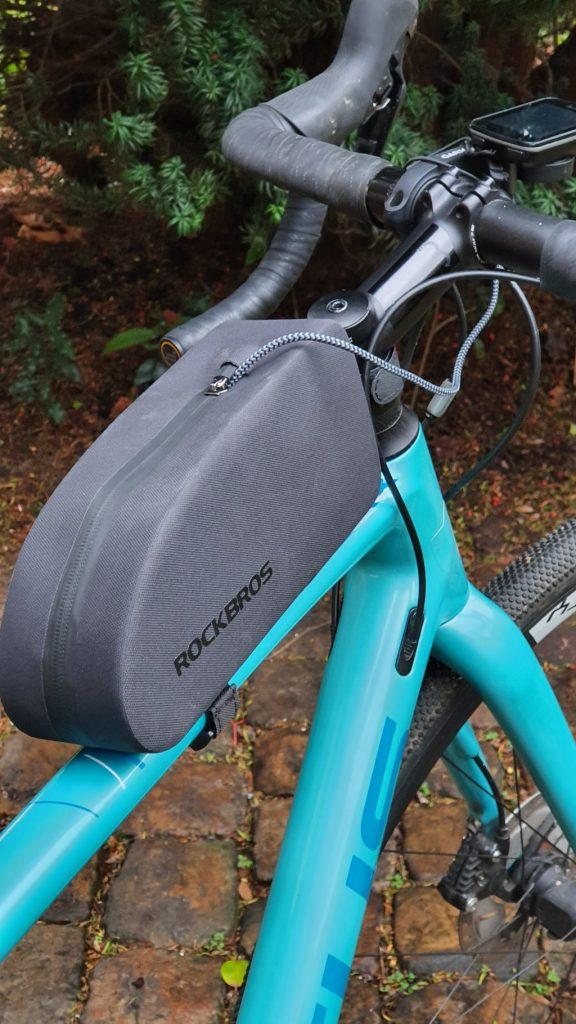 La sacoche de cadre RockBros sur mon vélo avec un câble USB pour charger mon GPS Garmin
