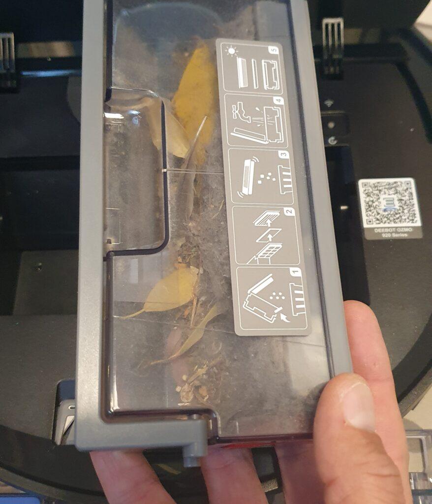 Le bac à poussière à une capacité suffisante et est facile à extraire et à vider